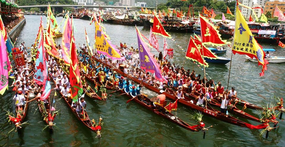 Las actividades del doble quinto incluyen carreras de botes de dragón con tambores.